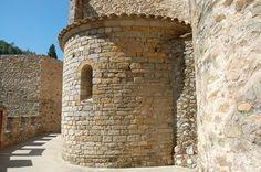 Un racó del recinte medieval de Sant Llorenç de la Muga, a l'Alt Empordà (Catalonia)