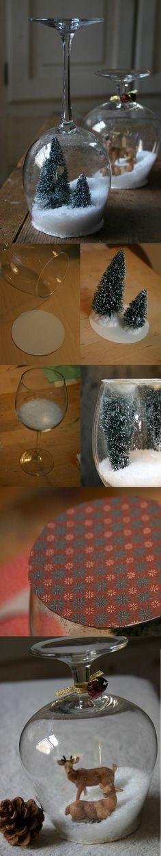 ¡Recicla ese juego de copas viejito y desacompletado para armar arreglos navideños!