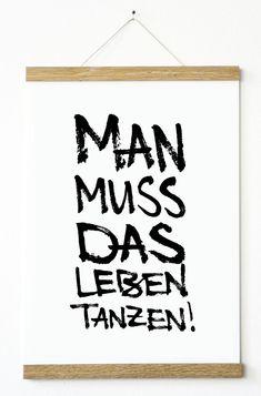 """Kunstdruck im modernem handwriting Stil mit schönem Statement """"Man muss das Leben tanzen"""". Das Motiv sorgt für gute Laune, und das an jedem Tag!"""