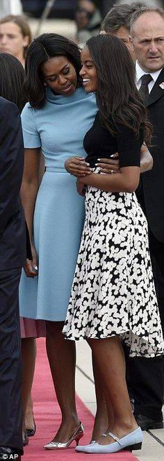 First Lady Michelle Obama with daughter Malia Obama Malia Obama, Barack Obama Family, Obama Daughter, First Daughter, Michelle Obama Fashion, Barack And Michelle, Black Is Beautiful, Beautiful People, Durham