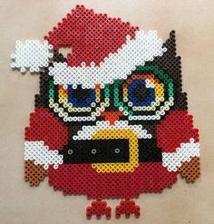 """Décoration de noël en forme de hibou """"père Noël"""" avec des perle hama """"midi"""". Il est constitué de différentes couleur qui sont le rouge, blanc, noir, jaune, marron, vert, oran - 16562133"""