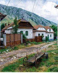 Rimetea, Alba Photo b Iowa, Visit Romania, Vernacular Architecture, Photo B, Travel Design, Wonderful Places, Countryside, Travel Photography, Beautiful Pictures