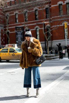 Un vero mix che funziona: la pelliccia stra-vintage color miele, il gaucho jeans tagliato al vivo, il berretto, il boots color ghiaccio e la tracolla.