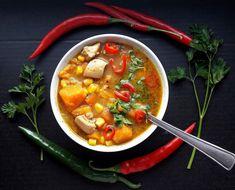 Pyszna, rozgrzewająca meksykańska zupa z batatami i kurczakiem z dodatkiem słodkiej kukurydzy, ostrych papryczek oraz soczewicy. Przepis na http://citytaste.pl/meksykanska-zupa-z-batatami-i-kurczakiem/