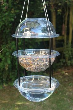 Make a Hanging Combi Drinker/Feeder for the birds with plastic party bowls, drinking straws string (,) - Gardening Pacer Homemade Bird Feeders, Diy Bird Feeder, Bird House Feeder, Squirrel Feeder, Diy Bird Cage, Hanging Bird Feeders, Garden Crafts, Garden Projects, Diy Garden