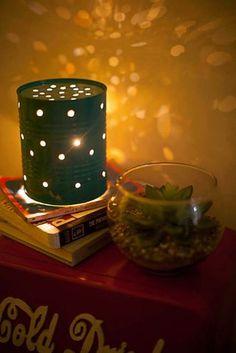 Luminária reciclada, feita com lata e luzes para árvore de natal.