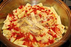 U nás v rodine boli takto dusené zemiaky jedna z najobľúbenejších príloh. Robievala ich kedysi dávno moja babka. A moja mama ich pred výplatou dokonca podávala ako hlavné jedlo s uhorkovým šalátom a tatarkou :) Hummus, Menu, Bread, Ethnic Recipes, Food, Red Peppers, Menu Board Design, Brot, Essen