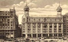 In 1922 one of the first department stores in Madrid was inaugurated. It stores them Manuel Colás Neoclassical Architecture, Roman Architecture, Foto Madrid, Hilario, Old Buildings, Old City, Taj Mahal, Spanish, Barcelona