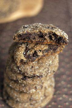 Шоколадно-имбирное печенье  200 г темного шоколада 1,5 стакана + 1 ст.л. муки (212гр) 1 ч.л. корицы 1 и 1/ 4 ч.л. молотого имбиря 1/4 ч.л. молотого мускатного ореха 1/4 ч. л молотой гвоздики 1 ч.л. соды  1 ст.л. несладкого какао-порошка 120 г сливочного масла 1 ст.л. свежего имбиря, натереть 1/2 стакана коричневого сахара 1/4 стакана меда  1/4 стакана сахара (для обваливания)