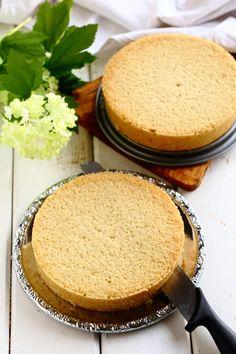 Helppo ja mehevä kakkupohja Vegan Cake, Cornbread, Deserts, Food And Drink, Treats, Snacks, Cookies, Baking, Sweet