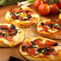 SUMMER PIZZA Olive Garden Recipe Serves 4 7 cups all purpose flour 1 package dry active yeast 2 cups warm water tabl. Copycat Recipes, Pizza Recipes, Cooking Recipes, Olive Garden Recipes, Great Recipes, Favorite Recipes, How To Make Pizza, Restaurant Recipes, Food Inspiration