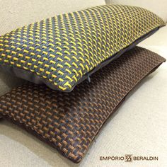 Nova almofada em couro trançado, feira em parceria com a designer Elisa Atheniense.  #EmporioBeraldin