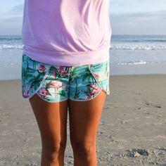 Die Coachella Shorts von Striped Swallow Designs ist ein einfaches und schnelles Nähprojekt aus Webware oder dehnbaren Stoffen. Die tollen Verzierungsmöglichkeiten durch Pomponborte, Schrägband, Paspel usw., machen die Hose zu einem ganz besonderen Kleidungsstück, von dem du bald nicht mehr nur eines im Schrank haben wirst.