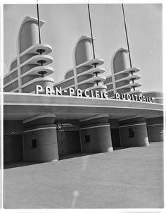 The facade of the Pan Pacific Auditorium, designed by Wurdeman & Becket, and opened in It was an example of Art Moderne style design, a late development in Art Deco architecture. Arte Art Deco, Estilo Art Deco, Art Nouveau, Los Angeles Architecture, Beautiful Architecture, Art And Architecture, Bauhaus Architecture, Vintage Architecture, Art Deco Stil