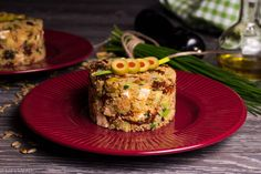 Z DBAŁOŚCI O GOŚCI. Sałatka z kuskus, suszonymi pomidorami, oliwkami, fetą, awokado, pestkami słonecznika i szczypiorkiem.