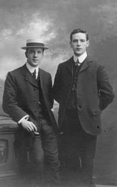 This picture shows mens suits having a broad, blocky, and heavily padded silhouette in the early (Denny P. Gents Fashion, Suit Fashion, Vintage Gentleman, Vintage Men, Vintage Style, Men Photography, Fashion Photography, Vintage Photography, Victorian Men