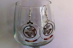 Boucles d'oreilles en acier chirurgical avec créoles et pendentifs estampe ronde deux papillons : Boucles d'oreille par nessymatriochka
