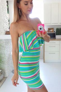 Letné pestrofarebné šaty z elastického materiálu. Zadná časť so zapínaním na zips. Šaty sú v hrudnej časti vystužené – zdobené dlhším volánom.