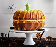 Halloween ring cake- Halloween-Gugelhopf Monthly Recipe No. Looks like a pumpkin but is baked with apple sauce. Menu Halloween, Bolo Halloween, Halloween Treats, Happy Halloween, Halloween Costumes, Baking With Applesauce, Ring Cake, A Pumpkin, Cupcake Cakes