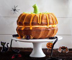 Monatsrezept Nr. 32: Halloween-Gugelhopf. Sieht aus wie ein Kürbis, wird aber mit Apfelmus gebacken. #Rezept #Kuchen #Halloween