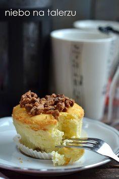 Serniczki z karmelizowanym słonecznikiem w formie babeczek nie wymagają dzielenia ciasta. Prażony, chrupiący, słodki karmelizowany słonecznik jest pyszny