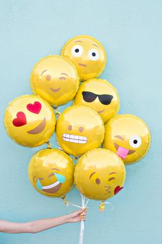Who doesn't love the idea of an emoji birthday party?-) Would you believe emoji birthday parties are totally on trend? Here are 21 of our favorite emoji party ideas. (Check out the emoji eggs Ballon Emoji, Diy Ballon, Party Emoji, Diy Party, Party Gifts, Diy Gifts, Party Ideas, 30th Birthday Decorations, Idee Diy