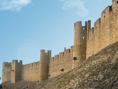 Tomar- Della fortezza dei Templari, costruita sotto la guida del Gran Maestro Gualdim Pais, si sono conservate parte delle mura e un torrione squadrato che si affacciano su una vasta terrazza con scalinata che dà accesso alla chiesa eretta nel 1162. La struttura primitiva del castello dei Templari era costituita da una cinta muraria difensiva esterna e da una cittadella) con una torre principale all'interno, ultimo e solido rifugio in caso d'estrema necessità.La fortezza, dopo aver resistito a Monument Valley, Nature, Travel, Italia, Naturaleza, Viajes, Destinations, Traveling, Trips