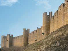 Tomar- Della fortezza dei Templari, costruita sotto la guida del Gran Maestro Gualdim Pais, si sono conservate parte delle mura e un torrione squadrato che si affacciano su una vasta terrazza con scalinata che dà accesso alla chiesa eretta nel 1162. La struttura primitiva del castello dei Templari era costituita da una cinta muraria difensiva esterna e da una cittadella) con una torre principale all'interno, ultimo e solido rifugio in caso d'estrema necessità.La fortezza, dopo aver…