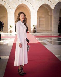 Rania de Jordania Acto: Recibimiento del Presidente de Polonia y su mujer, Amán (Jordania). Fecha: 7 de noviembre de 2016. 'Look': En esta imagen encontramos a la reina Rania muy favorecida con un vestido midi blanco, de manga larga y lazo al cuello.