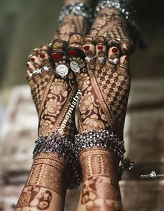 Beautiful mehendi, the anklets and the panjeb. It's difficult to describe in words the beauty of it. Picture courtesy Mehendi by . New Bridal Mehndi Designs, Dulhan Mehndi Designs, Latest Mehndi Designs, Simple Mehndi Designs, Mehandi Designs, Leg Mehendi Design, Leg Mehndi, Henna Mehndi, Henna Art