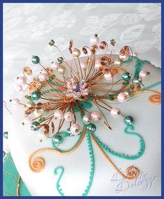 particolare torta fiore di perle e corona