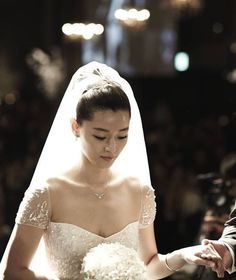 Gianna Jun Ji-hyun looking lovely on her wedding day. The beautiful A-lister Korean actress married a business man at Hotel Shilla in central Seoul on 13 April. She tied the knot with Choi Jun-hyeok, the grandson of acclaimed hanbok designer Lee Young-hee and the son of also famous fashion designer Lee Jeong-woo.