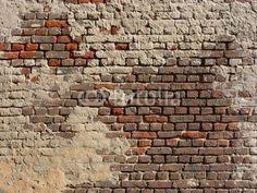 Mauer aus rotem Backstein mit bröckelndem beigefarbenen Putz an einer Fassade in Wettenberg Krofdorf-Gleiberg im Landkreis Gießen