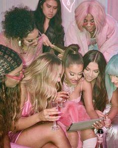"""O novo videoclipe de Ariana Grande para Rings"""" está cheio de ovos de páscoa. Ariana Grande Fotos, Ariana Grande Pictures, Ariana Grande Birthday, Ariana Grande The Way, Ariana Grande Singing, Wallpaper Ariana Grande, Photos Des Stars, Grandes Photos, Feeds Instagram"""