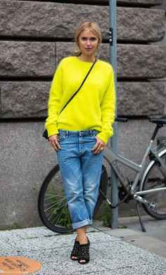 We love how this streetstyler paired a bright neon sweater with a pair of baggy boyfriend jeans and black heels. Jeans Estilo Boyfriend, Boyfriend Shirt, Look Fashion, Fashion Outfits, Fashion Trends, Trending Fashion, Latest Fashion, Girl Fashion, Pull Angora