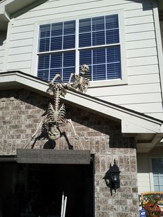 30 Way To Outdoor Halloween Decor With Skulls And Skeletons Halloween Prop, Halloween Outside, Halloween Skeleton Decorations, Outdoor Halloween, Holidays Halloween, Halloween Crafts, Halloween Ideas, Halloween Forum, Whimsical Halloween