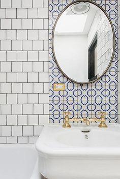 Smal huis in Brooklyn met een marmeren afzuigkap in de keuken - Roomed | roomed.nl