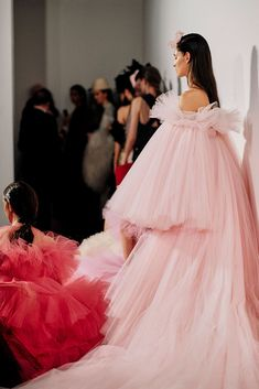 See all the Backstage photos from Giambattista Valli Spring/Summer 2019 Couture now on British Vogue Vogue Fashion, Pink Fashion, Runway Fashion, Fashion Outfits, Style Fashion, Fashion Tips, Pretty Dresses, Beautiful Dresses, Haute Couture Fashion