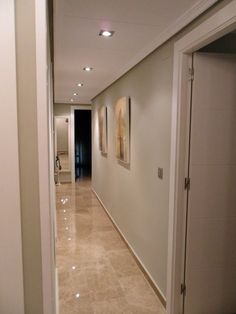 Wall paint and floor colour/gloss inspired Floor Design, Ceiling Design, House Design, Home Design Living Room, Living Room Decor Cozy, Narrow Hallway Decorating, Hamptons Style Homes, Hallway Designs, Floor Colors