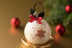 シェラトン舞浜のクリスマススイーツ、オーナメントをイメージした球体ムース&ツリーケーキ