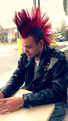 Punk Rocker Hanging out. Punk Mohawk, Punk Guys, Punk Subculture, Estilo Punk Rock, Mode Punk, Hot Guys Tattoos, Skin Head, Men Hair Color, Punk Fashion
