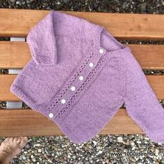 Klik for at se et større billede Knitting For Kids, Baby Knitting Patterns, Baby Patterns, Hand Work Embroidery, Baby Cardigan, Baby Dress, Little Ones, Knitted Hats, Knitwear