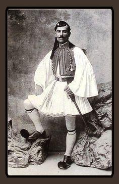 Λόλα, να ένα άλλο: Εύζωνες με φουστανέλα και τσαρούχια με κορδέλα ! Hellenic Army, Vintage Photography, Old Photos, Greece, Past, Memories, Dance, Antiques, Military Uniforms