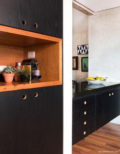 Nesse apartamento a cozinha ocupa 15 m² e fica aberta para a sala. Assim o ambiente aumenta, ganha claridade e faz com que seu uso se torne mais prazeroso.