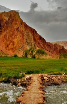 Shahr-e Zohak, 'Red City' Afghanistan. The imposing ruins of Shahr-e Zohak guard the entrance to the Bamiyan valley, perched high on the cliffs at the confluence of the Bamiyan and Kalu rivers. (V)