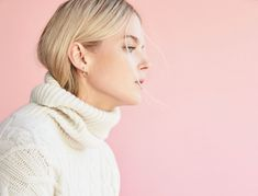Fall fashion must-have: The perfect white, cable-knit turtleneck sweater. Thick Sweaters, How To Get Warm, Single Women, Everyday Outfits, The Outsiders, Autumn Fashion, High Neck Dress, Turtle Neck, Cozy