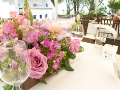 Centro de mesa en tonos rosa de Florería el Paraíso en Quinta Pavo Real del Rincón www.pavorealdelrincon.com.mx