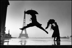 Henri Cartier-Bresson - Paris - Tour Eiffel - Jump - rain - love in rain - city of love Magnum Photos, Rain Dance, Dancing In The Rain, Umbrella Dance, Guy Dancing, People Dancing, Famous Photographers, Street Photographers, Fotos De Henri Cartier Bresson