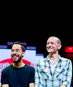 This pic of mike and chester makes me smile *cheesy grin*