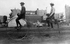 처음으로 자전거라는 이름으로 불린 페니파싱.(penny farthing).  1886년  두 명의 남성이 페니파싱을 타고 있다.(사진 출처 :  위키피디아 퍼블릭도메인)